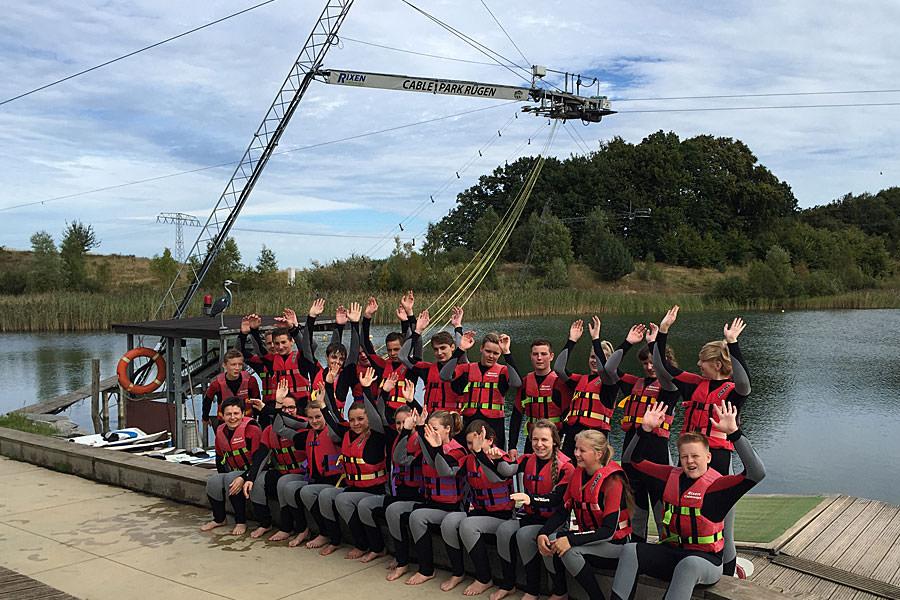 Schulklasse auf der Wassersportanlage von Cable Park Rügen in Zirkow